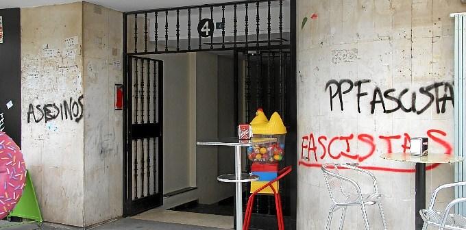 Pintadas en el edificio donde se encuentra la sede del PP en Huelva.