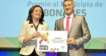 El alcalde de Bonares recibe el reconocimiento a su localidad.
