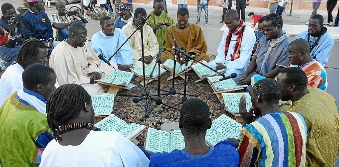 Actuación de senegaleses.