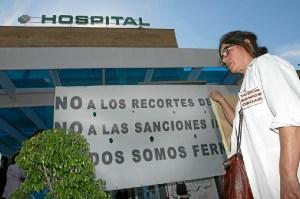 Imagen de archivo de una protesta de sanitarios en el hospital de Riotinto. (José Carlos Sñanchez-Multimagenestudio)