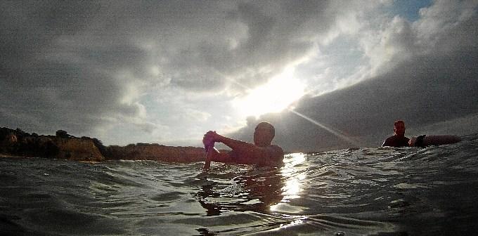 Los mariscadores tirando del rastro con los primeros rayos de sol.
