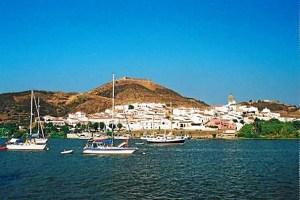 Vista general de Sanlúcar de Guadiana desde el río Guadiana.