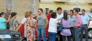 Gabriel Cruz, durante su visita a la barriada del Rocío.