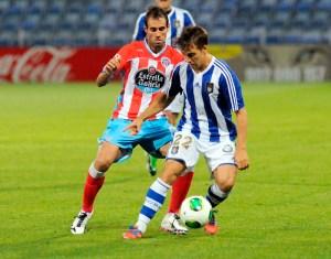 Álvaro Antón presionado por un jugador del Lugo. (Espínola)