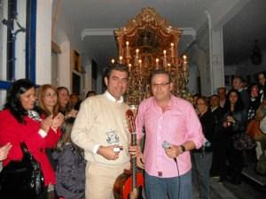 De manos del Vicepresidente de la Hermandad, Paco Moreno, Fernando Romero recibe un recuerdo de la Hermandad.