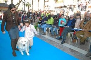 Una participante en del desfile mascotas