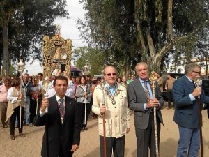 El alcalde de Huelva junto a los responsables de la Hermandad de Emigrantes durante la peregrinación.