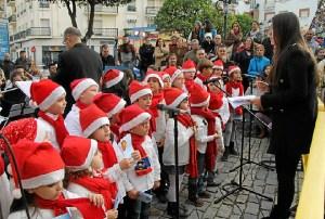 Los niños cantando villancicos.