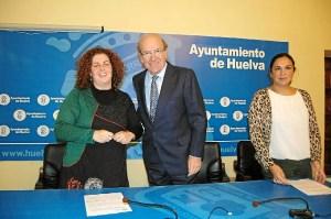 El alclade con la representante de Aguaviva.