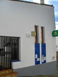 Perspectiva de la oficina de la Caja Rural del Sur en Valdelarco.