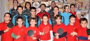 Jóvenes jugadores de tenis de mesa en Ayamonte. (Rúa)