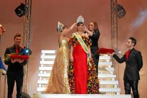 La alcaldesa corona a la Reina juvenil.