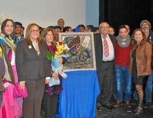 La alcaldesa, el homenajeado y la concejala de Festejos tras finalizar el acto