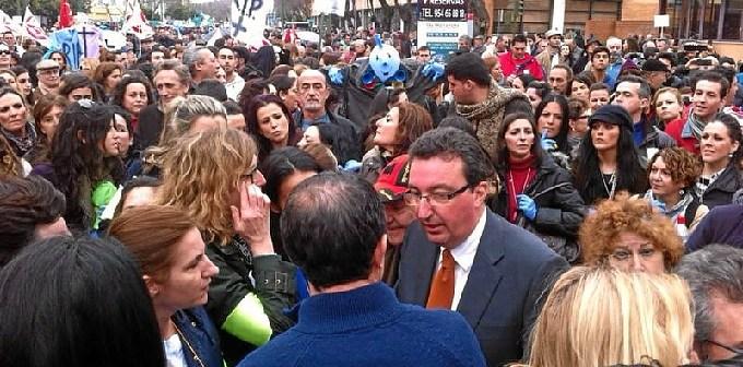 Manuel Andrés González conversa con los concentrados.