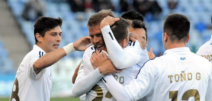 Morcillo, felicitado por sus compañeros, tras marcar el único gol del partido. (Espínola)