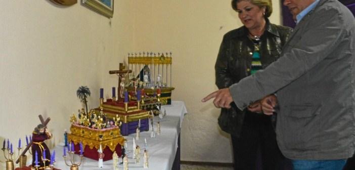 El Concejal de Cultura y la Presidenta de la Asociacion observan la muestra.jpg