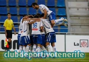 Jugadores del Tenerife celebrando el gol de la victoria ante el Recreativo de Huelva.
