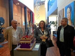 La alcaldesa observa uno de los objetos de la Muestra de Pratrimonio Cofrade junto al concejal de Cultura y a Francis Zamudio