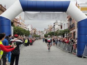 Ganador del Monferve La Palma llegando a meta.