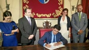 Francisco Rivera forma en el Libro de Honor del Ayuntamiento