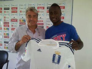 Nana, nuevo jugador del Recreativo de Huelva, con Fernando Iturbe.
