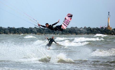 Deportistas de kitesurf.