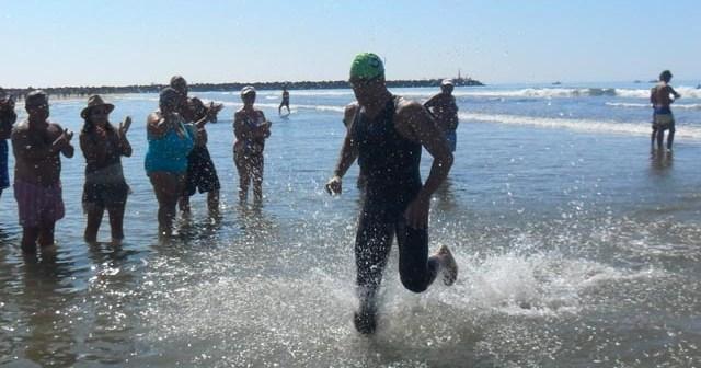 Rubén Gutiérrez, en la travesía a nado de Punta Umbría.