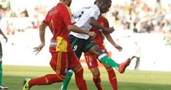 Koné, del Racing de Santander, presionado por Córcoles. (Diario Montañés)