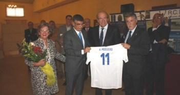 Homenaje de los veteranos del Rcreativo de Huelva a Julio Peguero.