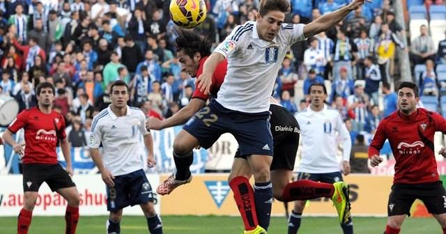 Álvaro Antón, en un salto ante juagdores del Mirandés. (Espínola)