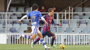 Pedro Ríos presiona a Grimaldo, del Barcelona B.