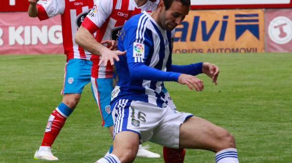 Víctor Díaz presionado por un jugador del Lugo.