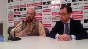 Pablo Comas y Ángel Sánchez, presidente del Recreativo y representante de Huelva Deporte.
