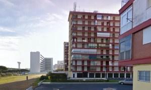 Uno de los edificios que hay en la calle Everluz de Punta Umbría.