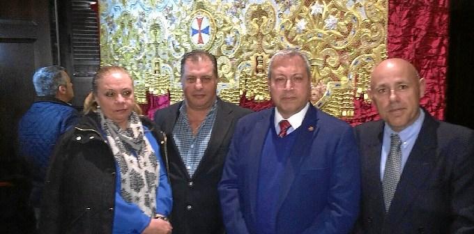 El concejal de Cultura, a la derecha, junto al Hermano Mayor y el autor del Palio