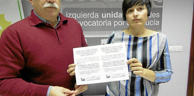 Arazola e Isabel Lancha con el diptico que se reparte en Nerva