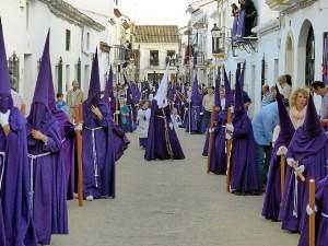 Gran cortejo de nazarenos en el jueves santo