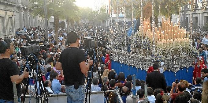 Una cámara de Huelva TV en la retransmisión de la Semana Santa de Huelva.