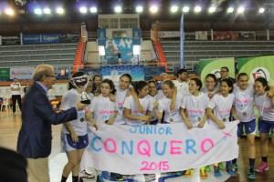 El alcalde de Huelva, Pedro Rodríguez, entregando el trofeo de campeonas de Andalucía a las Jugadoras del CB Conquero junior.