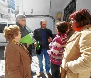 Pedro Jimenez con vecinas en El Carmen
