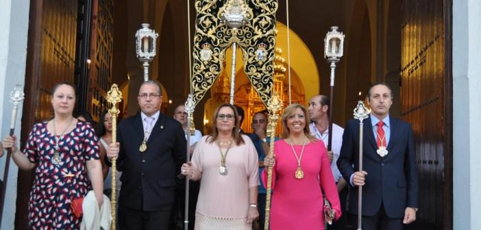 La Alcaldesa junto al Presidente del Consejo, el presidente de la Hermandad, la Secretaria y su Hermana Mayor