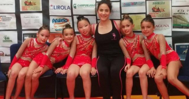Ana Torres con las gimnastas del GR Huelva.