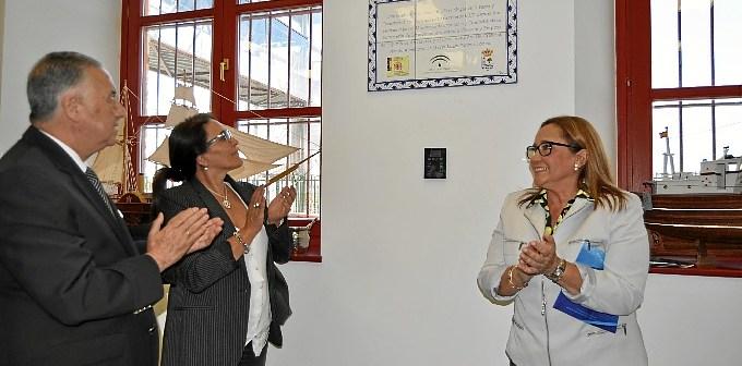 El Subdelegado del Gobierno, la Delegada de Pesca y la Alcaldesa descubren la placa