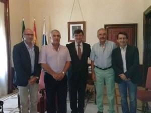El alcalde de Huelva, Gabriel Cruz, con la directiva del Real Club Marítimo de Huelva.
