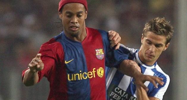 Edu Moya presionando a Ronaldhino.