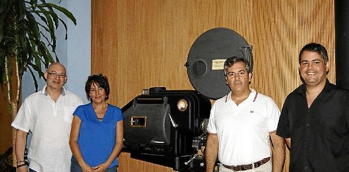 Gema Gutierrez y Francisco Gonzalez, en el centro junto a los repsonsables del Taller