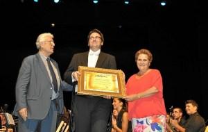 La Alcaldesa de Isla Cristina hizo entrega a Francisco Perez Botello de un obsequio conmemorativo del momento