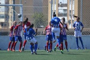 Gol de Sandra, central del Cajasol Sporting, ante el Atlético de Madrid.