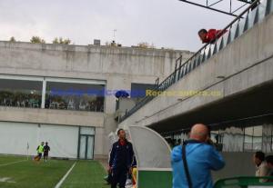 Alejandro Ceballos, dando intrucciones desde  la grada a su segundo, Antonio González. (Javier del Camps)