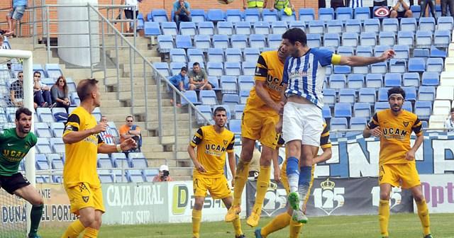 Remate de gol de Antonio Núñez, que significó la victoria ante el UCAM Murcia. (Espínola)